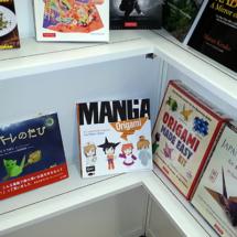 Die Ecke für japanisch-englische Bücher mit einem netten Origami-Titel (Foto: © 2017 fduprel)
