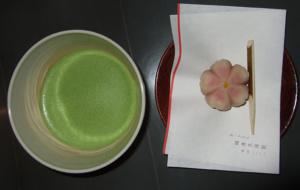 Matcha mit Sakura-Wagashi, Kyōto (© 2013 fduprel)