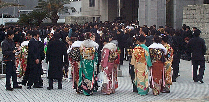 """Seijin no hi am 8. März 2000 (Autor: kcomiida; Diese Datei ist unter der Creative-Commons-Lizenz """"Namensnennung – Weitergabe unter gleichen Bedingungen 3.0 nicht portiert"""" lizenziert: https://creativecommons.org/licenses/by-sa/3.0/deed.de)"""