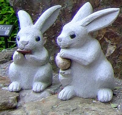 Zwei Hasenfiguren auf dem Gelände des Izumo-Taisha (Foto: © 2016 fduprel)