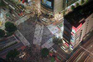 Japan von oben (2/5) - Tokios berühmteste Kreuzung in Shibuya ist immer belebt - Bild: ARTE D / NHK/Gédéon
