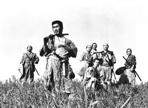 Die sieben Samurai (v.l.) Gorobei Katayama (Yoshio Inaba), Kikuchiyo (Tashiro Mifune), Shichiroji (Daisuke Kato), Heihachi Hayashida (Minoru Chiaki), Katsuhiro (Isao Kimura), Kambei Shimada (Takashi Shimura) und Kyuzo (Seiji Miyaguchi) haben sich bereit erklärt, einen Bauerndorf gegen plündernde Banditen zu verteidigen. - Bild: ARTE France/© ZDF/DOCDAYS PRODUCTIONS / GRISCHA SCHMITZ