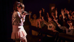 Tokyo Idols - Rio begeistert die Zuschauer bei einem Bandcontest - Bild: ARTE D / Brakeless Limited / Eyesteelfilm Classics Inc.
