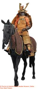 PFERDERÜSTUNG (BAGAI) UND PFERDEAUSRüSTUNG (BAGU) Edo-Zeit: 1603–1868 (Pferdeausru¨stung); 2. Hälfte 19. Jh. (Pferderüstung) Eisen, Holz, Leder, Gold, Hanf RüSTUNG (TACHIDO TOSEI GUSOKU) Zugeschrieben: Myochin Nobuie (kao [stilisiertes Monogramm]) Späte Edo-Zeit, 19. Jh. Eisen, Lack, Gold, Schnürung © The Ann & Gabriel Barbier-Mueller Museum, Dallas, Foto: Brad Flowers